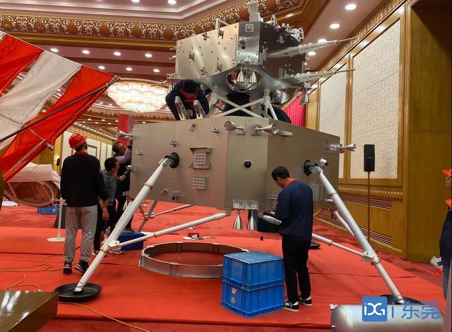 """全球首套!""""东莞制造""""嫦娥五号模型亮相人民大会堂"""